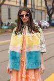 Mujer de moda que presenta durante semana de la moda del ` s de Milan Women Foto de archivo