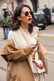 Mujer de moda que presenta durante semana de la moda del ` s de Milan Women Imagen de archivo