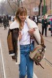 Mujer de moda que presenta durante semana de la moda del ` s de Milan Women Fotografía de archivo