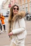 Mujer de moda que presenta durante semana de la moda del ` s de Milan Women Imagenes de archivo