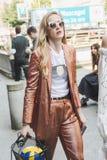 Mujer de moda que presenta durante semana de la moda del ` s de Milan Men Fotos de archivo