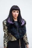 Mujer de moda que presenta en la semana de la moda del ` s de Milan Men Imagenes de archivo