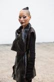Mujer de moda que presenta en la semana de la moda del ` s de Milan Men Imágenes de archivo libres de regalías
