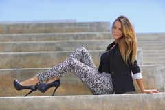 Mujer de moda que presenta en las escaleras Foto de archivo libre de regalías