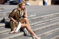 Mujer de moda que se sienta en las escaleras Fotos de archivo libres de regalías