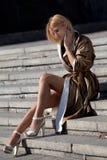 Mujer de moda que se sienta en las escaleras Fotos de archivo
