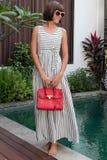 Mujer de moda que sostiene el bolso de lujo del pitón del snakeskin Equipo elegante Ciérrese para arriba del monedero en manos de Imagen de archivo libre de regalías