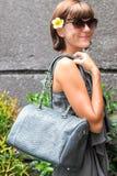 Mujer de moda que sostiene el bolso elegante de lujo del pitón del snakeskin Equipo elegante Ciérrese para arriba del monedero en Imagenes de archivo
