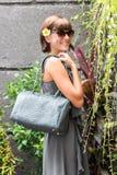 Mujer de moda que sostiene el bolso elegante de lujo del pitón del snakeskin Equipo elegante Ciérrese para arriba del monedero en Fotos de archivo