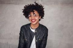 Mujer de moda sonriente Imagenes de archivo