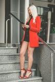 Mujer de moda stading en las escaleras y que usa el teléfono móvil fotos de archivo libres de regalías
