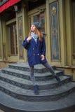 Mujer de moda vestida que se divierte en la calle Foto de archivo libre de regalías