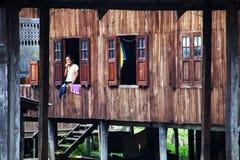 Mujer de Myanmar en la ventana Fotos de archivo libres de regalías