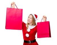 Mujer de Navidad emocionada con la bolsa de papel Fotografía de archivo libre de regalías