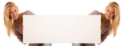 Mujer de Nde que lleva a cabo a un tablero blanco en blanco en sus manos para la promoción Fotos de archivo