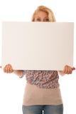 Mujer de Nde que lleva a cabo a un tablero blanco en blanco en sus manos para la promoción Imágenes de archivo libres de regalías