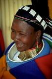 Mujer de Ndebele, resto del peregrino, Suráfrica. Fotografía de archivo libre de regalías