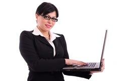 Mujer de negocios acertada con la computadora portátil Foto de archivo libre de regalías
