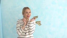 Mujer de negocios acertada debajo de la lluvia del dinero El concepto de éxito financiero almacen de metraje de vídeo