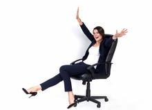 Mujer de negocios acertada feliz en silla de la oficina imágenes de archivo libres de regalías