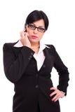 Mujer de negocios acertada que habla en el teléfono imagen de archivo