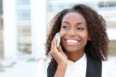 Mujer de negocios africana en el teléfono Fotos de archivo libres de regalías