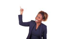 Mujer de negocios afroamericana que destaca algo - el PE negro Imagen de archivo libre de regalías