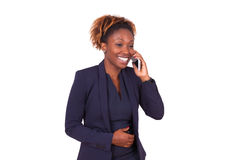 Mujer de negocios afroamericana que hace una llamada de teléfono Imagenes de archivo