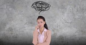 Mujer de negocios agotadora con un símbolo del lío almacen de metraje de vídeo