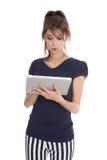 Mujer de negocios aislada en el estilo de la marina de guerra que sostiene una tableta. Fotografía de archivo libre de regalías