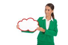 Mujer de negocios aislada en el verde que lleva a cabo un cartel blanco Imagen de archivo libre de regalías