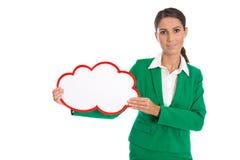 Mujer de negocios aislada en el verde que lleva a cabo un cartel blanco Foto de archivo libre de regalías