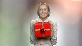 Mujer de negocios alegre con la caja de regalo almacen de metraje de vídeo