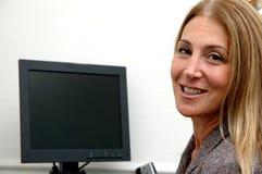Mujer de negocios alegre en oficina fotos de archivo