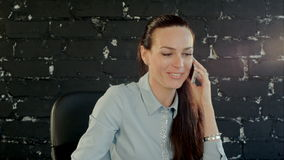 Mujer de negocios alegre que conversa en el teléfono móvil almacen de video