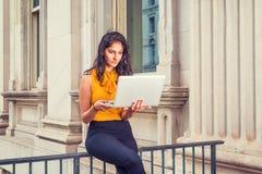 Mujer de negocios americana del indio joven que trabaja en Nueva York Fotografía de archivo libre de regalías