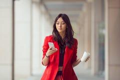 Mujer de negocios asiática al aire libre Fotos de archivo