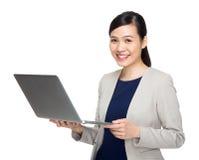 Mujer de negocios asiática con el ordenador portátil Fotografía de archivo libre de regalías
