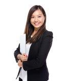 Mujer de negocios asiática con el ordenador portátil Imagen de archivo libre de regalías