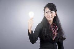 Mujer de negocios asiática con la bombilla Fotos de archivo libres de regalías