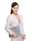 Mujer de negocios asiática con la computadora portátil Imagenes de archivo
