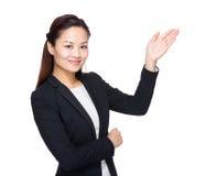 Mujer de negocios asiática con la presentación de la mano Fotos de archivo libres de regalías