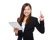 Mujer de negocios asiática con la tableta y el finger digitales para arriba Fotos de archivo libres de regalías