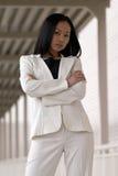 Mujer de negocios asiática con los brazos plegables Fotos de archivo libres de regalías