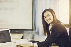 Mujer de negocios asiática del retrato con VR y teléfonos elegantes en la tabla, con las ventas de las auriculares de VR en el mu fotos de archivo