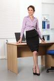 Mujer de negocios asiática hermosa que se coloca en oficina Imágenes de archivo libres de regalías