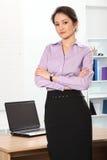 Mujer de negocios asiática hermosa que se coloca en oficina Imagen de archivo libre de regalías