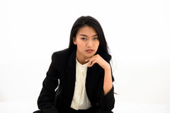 Mujer de negocios asiática hermosa que se sienta en el sofá blanco Imagenes de archivo