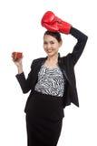 Mujer de negocios asiática joven con el jugo de tomate y el guante de boxeo Foto de archivo libre de regalías