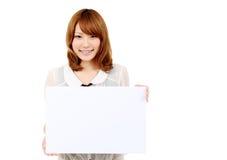 Mujer de negocios asiática joven que sostiene la boa blanca vacía Fotografía de archivo